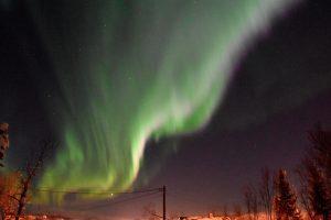 Nordlyset svinger over nattehimmelen