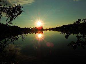 Sol og speilblankt vann